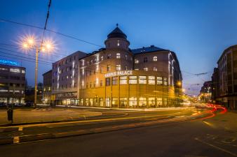 Smetanovo náměstí je významnou křižovatkou osobní, automobilové akolejové dopravy, vevzdálenosti maximálně deseti minut chůze odvšech fakult situovaných vcentru města