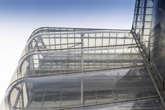 Od pátého podlaží fasádu doplňuje vnější plášť z dvouvrstvých pneumatických ETFE polštářů