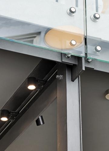 Obr. 8: Detail spoje sloupku a ukotvení zábradlí