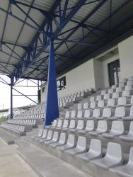 U tribuny jsou na původních betonových konstrukcích nové sedačky. Počet jejich řad byl zredukován, nyní se tu nachází 522 míst pro diváky.