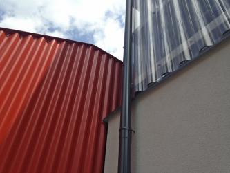 """""""Pro nové části autorky použily laciné, ale působivé materiály v linii, které se u nás říká lo-tech. Tato rekonstrukce poskytuje dobrý příklad architektury, jež byla pořízená sice z veřejných prostředků, ale za relativně nevelkou částku,"""" uvádí Rostislav Švácha."""