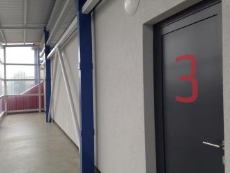 Ve druhém nadzemním podlaží jsou další šatny, VIP salonek a místnost pro delegáta