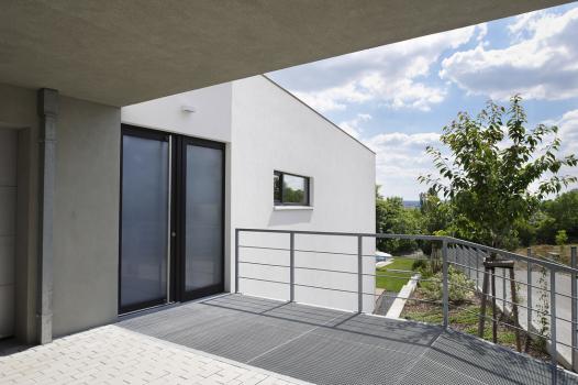 Vstupní část domu se nachází v nejvyšším místě parcely v úrovni ulice. Vybudována byla z betonových tvarovek ztraceného bednění.