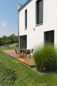 Dřevěná terasa na úrovni zahrady