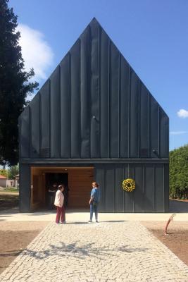 Pro smuteční síň autoři projektu zvolili tradiční formu s vysokou sedlovou střechou