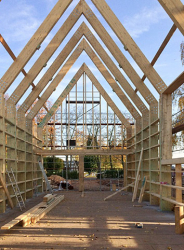 Zprůběhu stavby – dřevěná rámová konstrukce