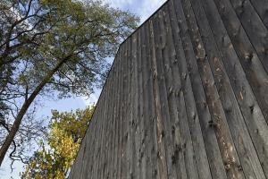 Detail fasády z opáleného dřeva