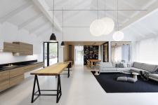 Zvenku je dům černý, uvnitř převážně bílý. Barevnost adesign vytvářejí detaily anábytek.