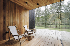Část interiérů je obložena dřevem, které je opticky propojuje sterasami