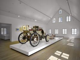 Interiér původní stavby byl otevřen do krovu, takže vznikl vysoký a působivý prostor pro expozice