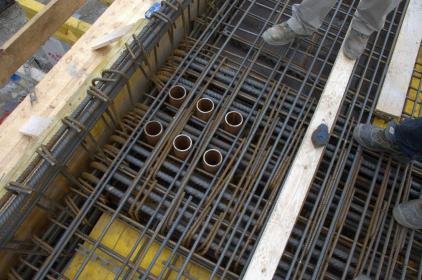 Obr. 4: Výztuž trámu nad 2. NP s prostupy pro ukotvení táhel M42