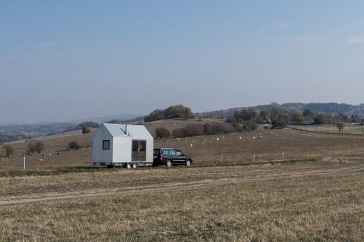 K přesunu domku Mobile Hut potřebujete jen větší osobní auto s tažným zařízením, tzv. koulí. Postavit ho můžete kdekoli bez stavebního povolení.