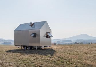 Hliníkový design domku na kolech Mobile Hut si řekl o tepelně izolované hliníkové okenní profily Schüco AWS 50 s pohledovou šířkou pouze 40 mm (vyklápěné ven) a dveře Schüco ADS 50 s dvojitým bezpečnostním sklem