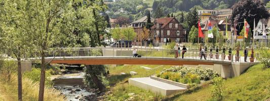 Obr. 2: Příklad spřaženého dřevobetonového mostu, lávka ve Švábském Gmündu, navržená firmou SCHAFFITZEL + MIEBACH Faszination Brücken GmbH