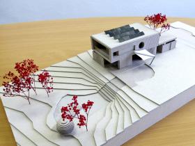 Obr. 1: Architektonický model – dům na parcele s přírodním jezírkem
