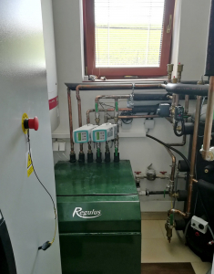 Obr. 3: Strojovna rodinného domu, tepelné čerpadlo