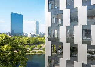 Fasáda Schüco UDC 80: Neprůhledné části fasády mohou být z široké škály různých materiálů, například kovových panelů, potištěného skla nebo přírodního kamene