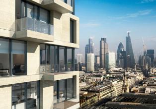 Schüco UDC 80: V kombinaci s balkony vytvářejí vložené, mechatronicky ovládané výborně těsnicí posuvné dveře ASE 80 TC funkční design výškových rezidenčních budov