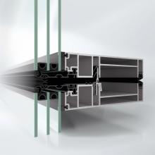 Fasáda Schüco UDC 80 SG působí zvenku velice impozantně díky velkorysému celoskleněnému vzhledu fasády; zevnitř vypadá jako klasická modulová fasáda s pohledovou šířkou pouhých 80 mm