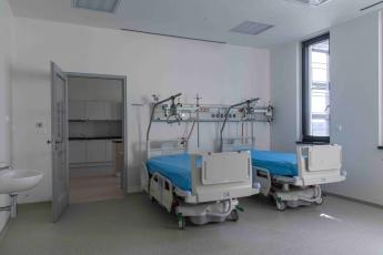 Pro větší komfort pacientů jsou v pokojích JIP nainstalované chlazené stropy, kde jsou v podhledech použity speciální Knauf Thermoboard
