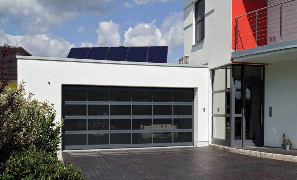 Sekční garážová vrata ART 42 složená z hliníkových rámů, které lze volitelně vyplnit různým typem prosklení nebo tahokovem