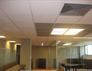 Obr. 3: Interiérové stropné vykurovacie/chladiace panely z penového hliníka v kancelárskych priestoroch (260 m2) firmy Hydro Extrusion Slovakia, a. s., v Žiari nad Hronom