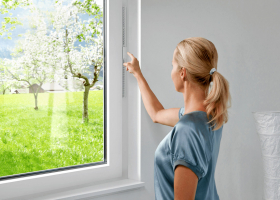 Obr. 5: Okno s rekuperačním větráním (zdroj www.cosedicasa.com)