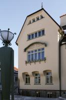 Průčelí do ulice – secesní dekor je poměrně střídmý, ale je přesně rozvržen. Velké okno patří khlavnímu salonu.