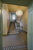 Ve vstupní části byly vchodbě obnoveny keramické dlaždice na podlaze, schodiště je očištěno od nátěrových vrstev