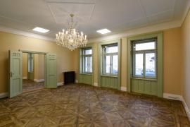 Jedenáct kanceláří bylo navrženo jako samostatné prostory s možností propojení