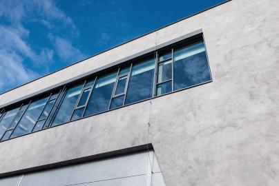 Budova firmy SMS Elektro v Českých Budějovicích má fasádu imitující beton od spelčnosti LB Cemix