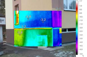 Obr. 3: Termovizní snímek hliníkového zakládacího profilu. Jeho vnější povrchová teplota je výrazně vyšší než teploty v místě zateplení, tvoří se zcela zbytečný tepelný most.