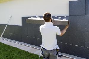 Obr. 5: Ukázka špatně naneseného cementového lepidla na povrch fasádního EPS
