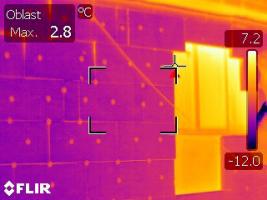 Obr. 9: Bez vypěnění mezer nebo doplnění izolantu v otevřené spáře problém tepelného mostu zůstává a je snadno odhalitelný např. termovizním snímkováním