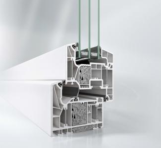 Okenní systém Schüco LivIng Alu Inside s patentovanou technologií hliníkových pásků a přídavných izolačních bloků vyhovuje požadavkům na pasivní dům podle testu Dr. Feista (Uf = 0,79 W/m².K)