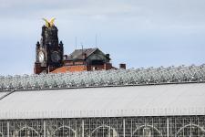 Konstrukce halového zastřešení nástupišť bezprostředně navazuje na historickou Fantovu budovu