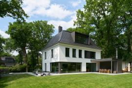Pohled ze zahrady: Citlivé plánování rozměrů, členění a umístění otvorů v rámci fasády umožnilo zachování původního charakteru objektu