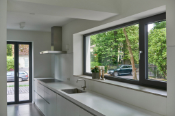 """Barevné schéma podlahy i ostatních povrchů je přizpůsobeno práškovému nátěru okenních profilů v odstínu """"Tiger greybrown"""""""