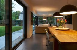 Dvoje posuvné dveře se zdvihem o rozměrech 4,0 m x 2,34 m vedou z obytného a jídelního prostoru v přízemí domu na dvě terasy (Schüco ASS 70)
