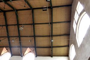Obr. 7: Posun hrebeňa strechy, väzníky nie sú v zvislej polohe