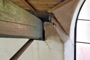 Obr. 9: Trhliny v murive v mieste uloženia väzníka