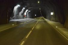Jednotubusový silniční tunel má dva jízdní pruhy, na každých 500 metrech jsou bezpečnostní zálivy. Vzhledem k extrémní výšce nadloží nemá tunel žádnou vertikální šachtu ani únikovou štolu.