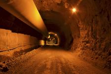 Pohled vyraženým tunelem: raženou část u obou portálů doplňují hloubené železobetonové tunely