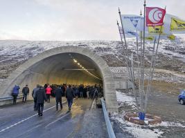 Raženou část u obou portálů doplňují hloubené železobetonové tunely, na které navazují nové komunikace
