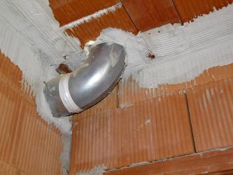Vzduchotechniku přes stěny a stropy je vhodné vést v pevném potrubí