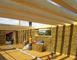Obr. 6: Instalace lepených BSH trámů pro strop 1. NP