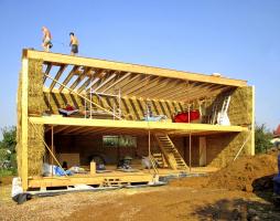 Obr. 7: Dokončená hrubá konstrukce domu
