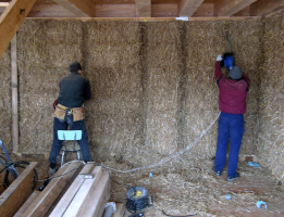 Obr. 9: Frézování drážek pro dodatečnou dřevěnou nosnou konstrukci