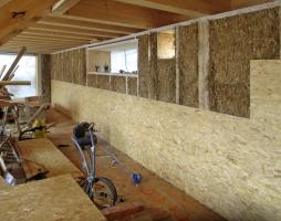 Obr. 10: Opláštění interiéru OSB deskami, které tvoří vzduchotěsnou vrstvu
