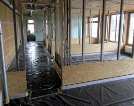 Obr. 16: Příprava vnitřních příček (standardní SDK příčky 10 cm, mezi obytnými místnostmi 12,5 cm s dvouplášťovým povrchem – OSB 15 mm a SDK 12,5 mm na kovové konstrukci) a betonáže podlah